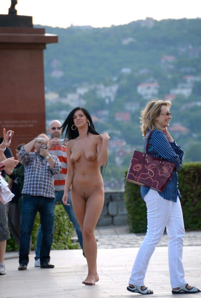 alyssia-l.-exposing-her-curves-nude-in-public