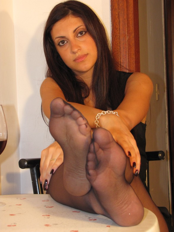 black-pantyhose-nylon-feet-on-the-table