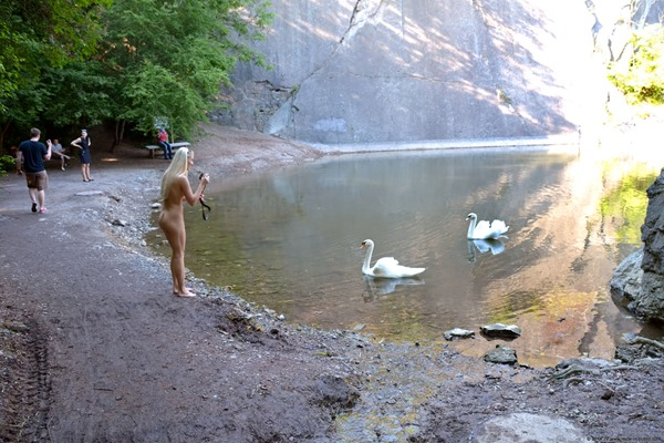 blonde-babe-nude-in-public-at-the-lake