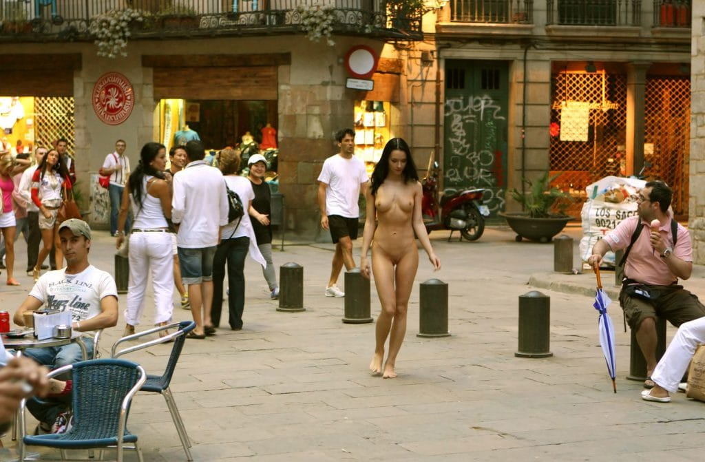 gwen-c-totally-nude-in-public