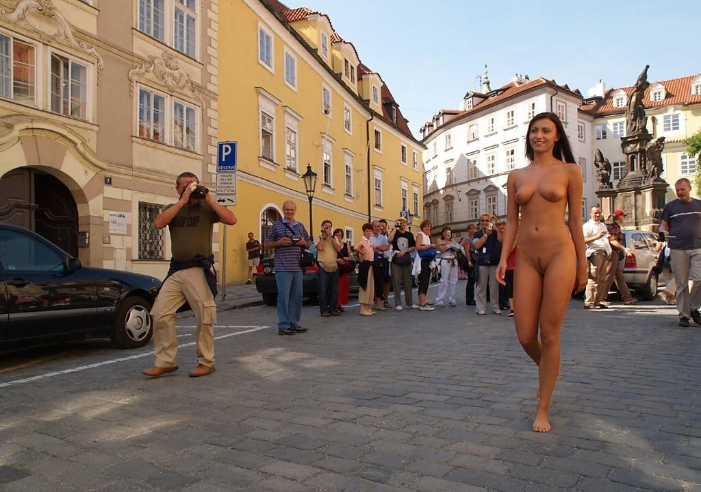 hot-babe-walking-naked-in-public