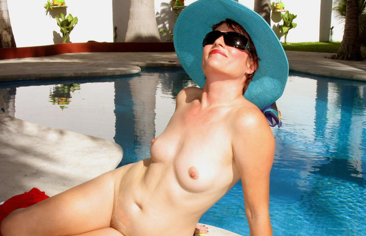 jenny-and-joey-naked-at-the-pool