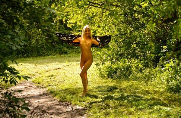 karolina-nude-in-public-the-park