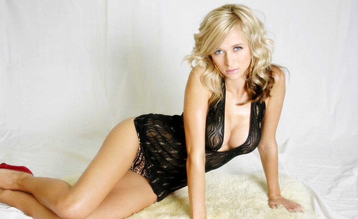 london-hart-wearing-her-sexy-black-lingerie