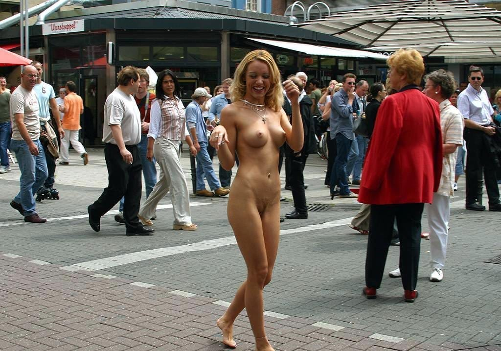 naked-in-public-hot-blonde-naked-on-the-street