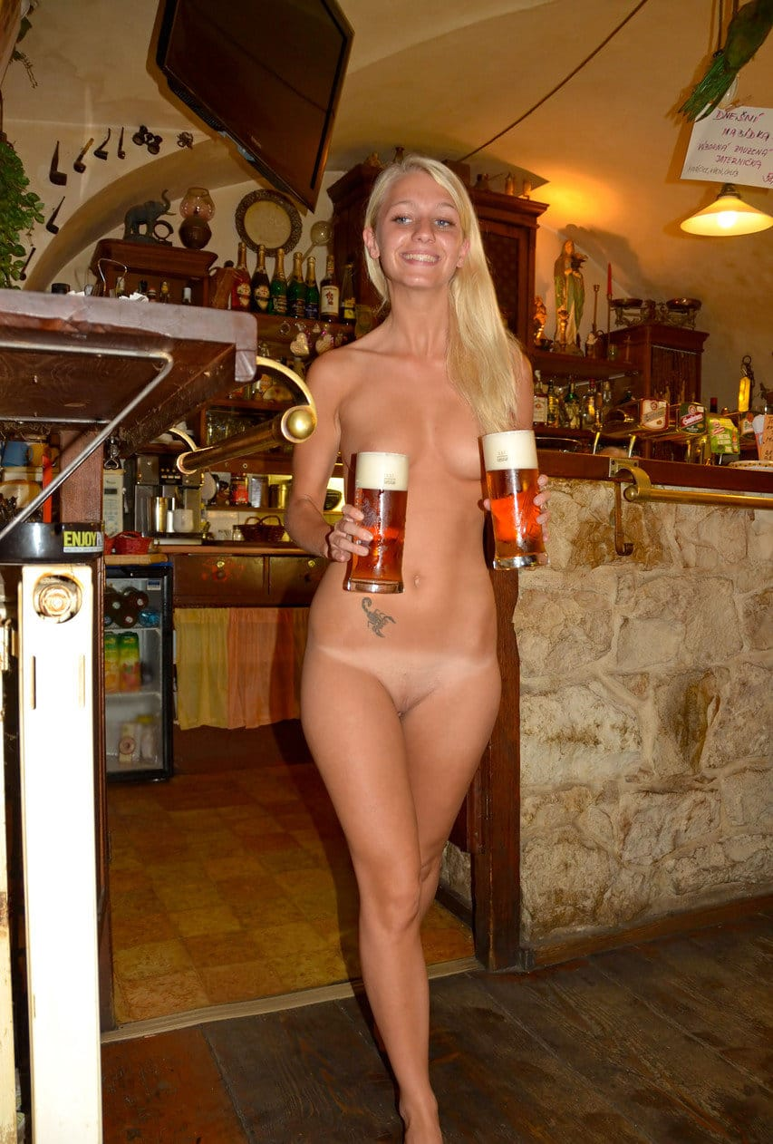 naked-in-public-naughty-blonde-naked-at-the-pub