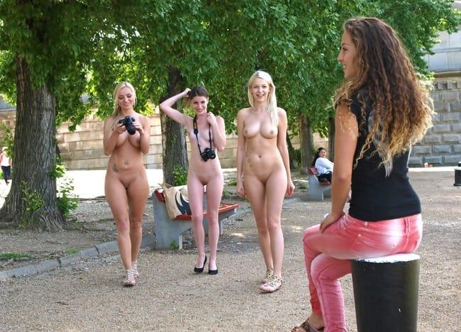naked-women-in-public
