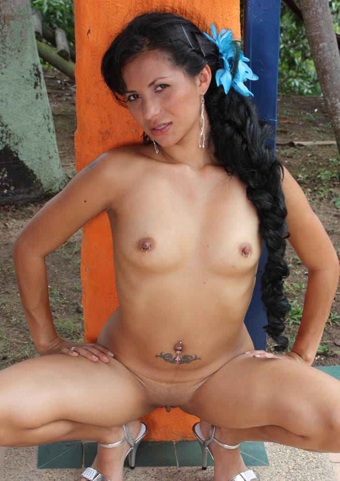 santa-latina-naked-in-the-park