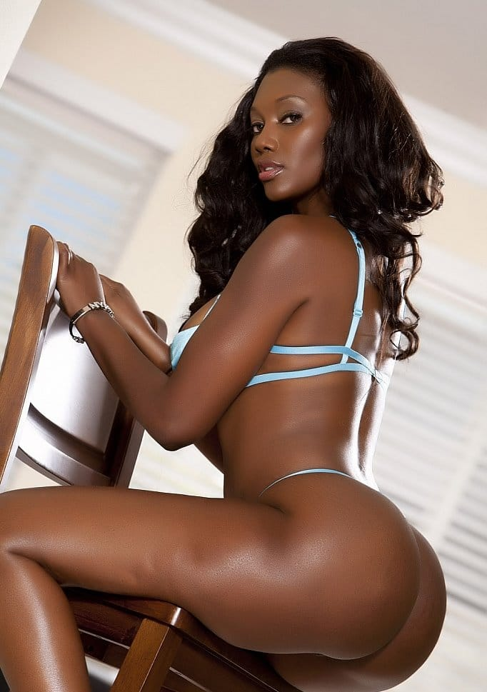 sexy-nyomi-banxxx-showing-off-her-ass