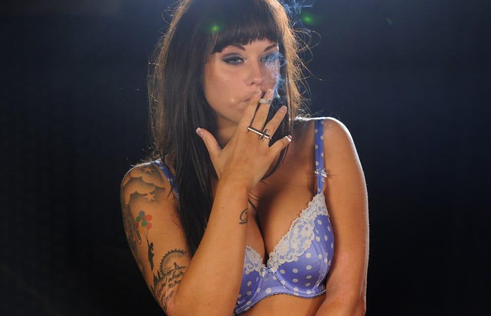 smoking-models-danielle-sheehan-smoking-marlboro