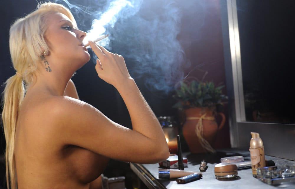 smoking-models-simone-smoking-topless