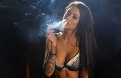 smoking_models_videos_becky_smoking_marlboro_reds