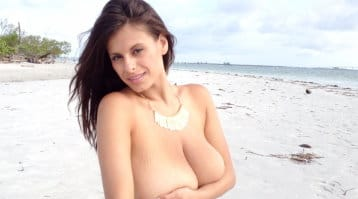 wendy-fiore-posing-nude-at-the-beach